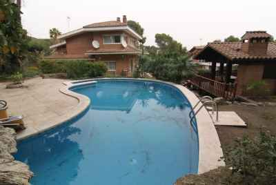 House with a swimming pool in Montemar urbanization, Castelldefels